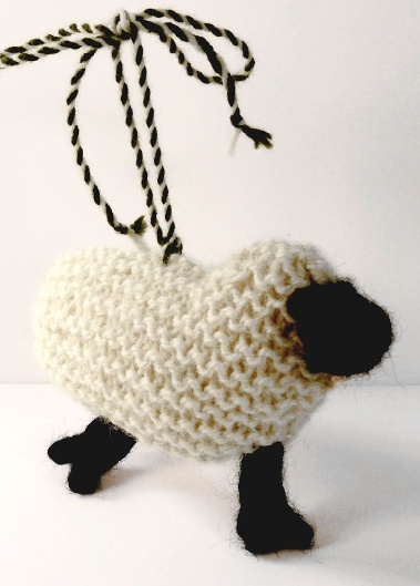 Маленькая вязаная овечка-