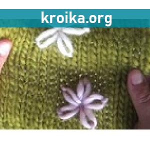 Вышитые цветы на вязаном полотне