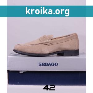 Мужская обувь в современных стоковых магазинах