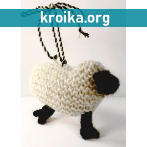 Маленькая вязаная овечка-брелок